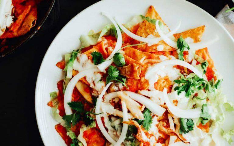 Chilquiles en salsa de tomate y setas