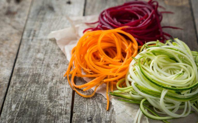 Pasta multicolor de vegetales con pesto de aguacate