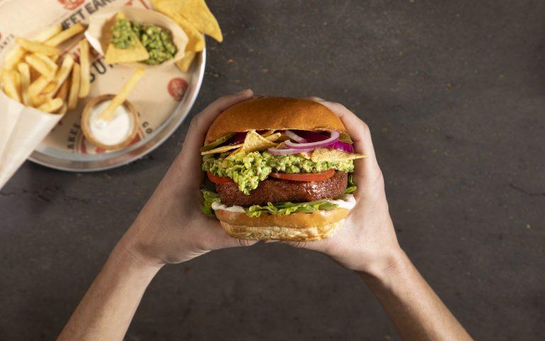 Awesome Burger, la primera hamburguesa vegetal de Nestlé, ya disponible en México